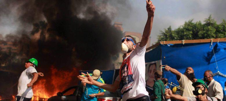 Foto: Numerosos manifestantes lanzan piedras contra las fuerzas de seguridad. (EFE)