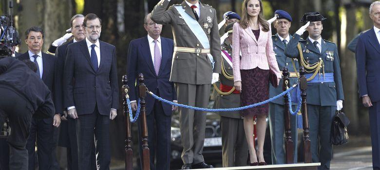 Foto: El Príncipe de Asturias, acompañado de doña Letizia, saluda a su llegada a la Plaza de Neptuno (EFE)