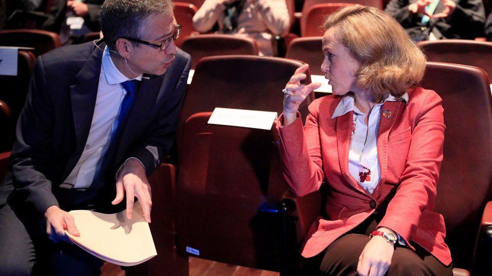 Foto: La ministra de Economía, Nadia Calviño, conversa con el gobernador del Banco de España, Pablo Hernández de Cos