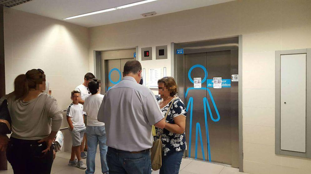Foto: El ascensor donde se encontraba el fallecido, fuera de servicio en la mañana del miércoles. (A. P.)