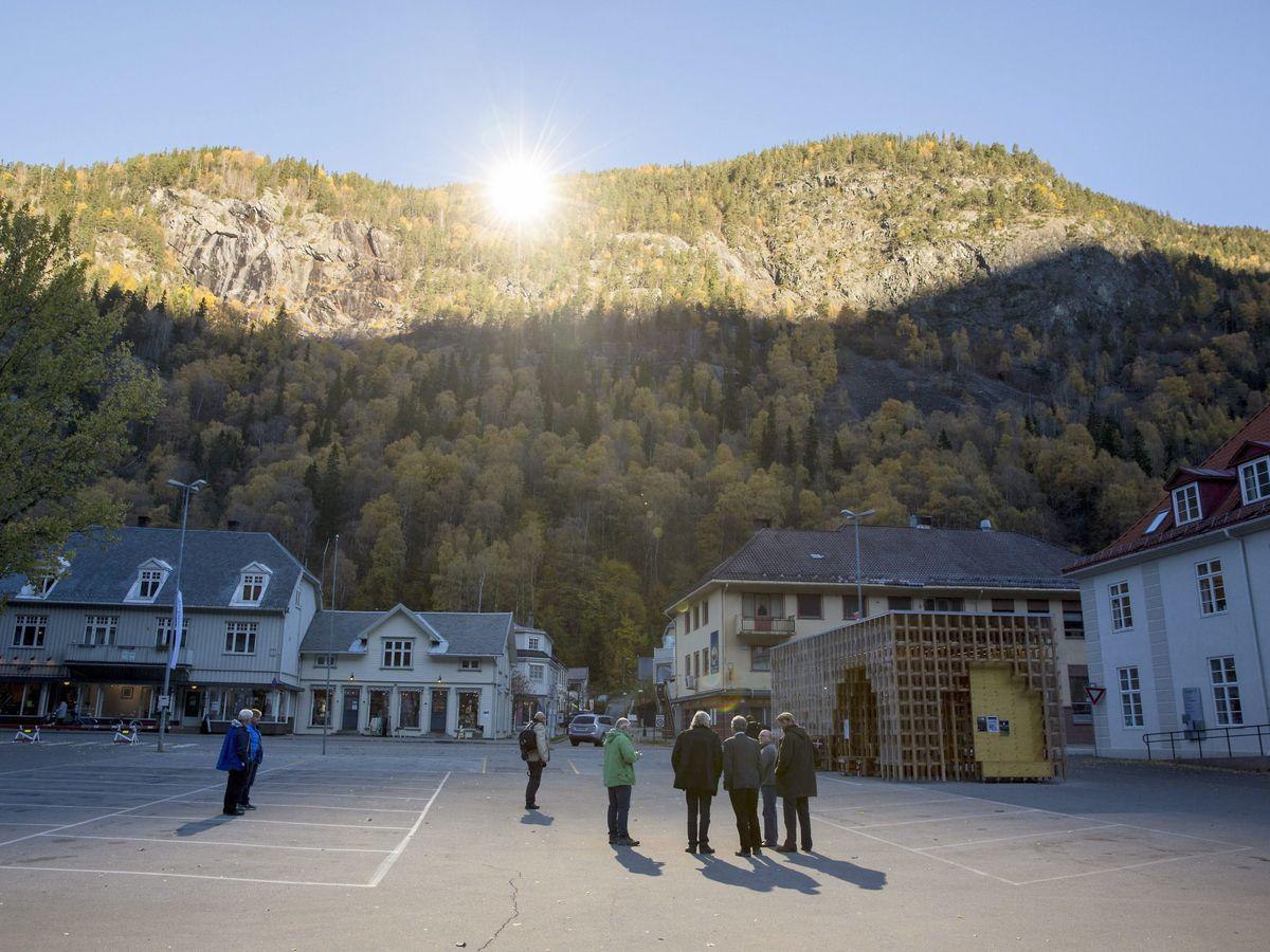 Foto: Vecinos reunidos al sol en la plaza principal de Rjukan. (Reuters)