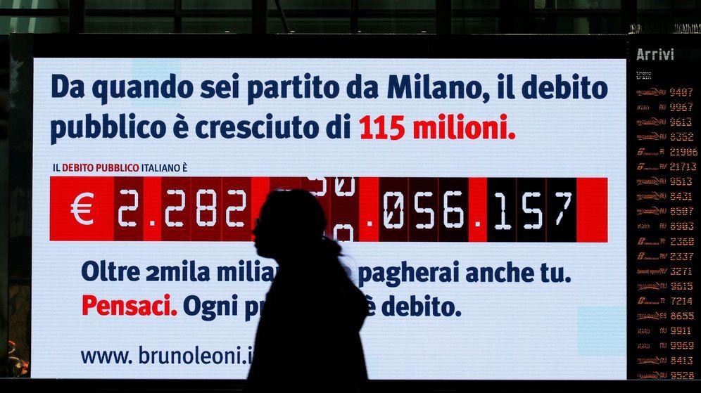 Foto: Un 'reloj de la deuda' pública italiana, instalado por analistas del Instituto Bruno Leoni en la estación Termini de Roma, en febrero de 2018. (Reuters)