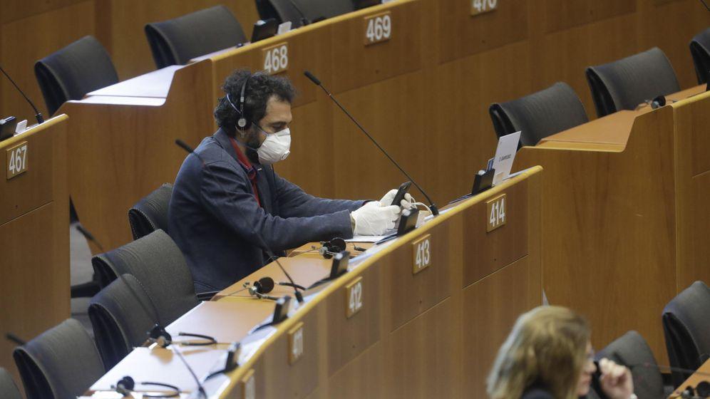 Foto: Eurodiputado durante una de las sesiones del Parlamento Europeo durante el confinamiento. (EFE)