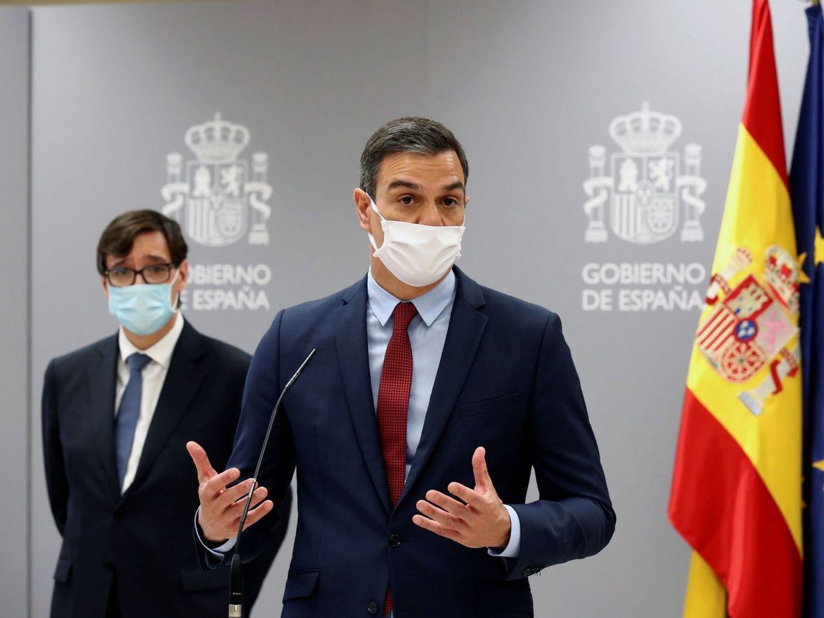 Foto: El presidente del Gobierno, Pedro Sánchez (c), visita el Centro de Coordinación de Alertas y Emergencias Sanitaras (CCAES), acompañado del ministro de Sanidad, Salvador Illa. (EFE)