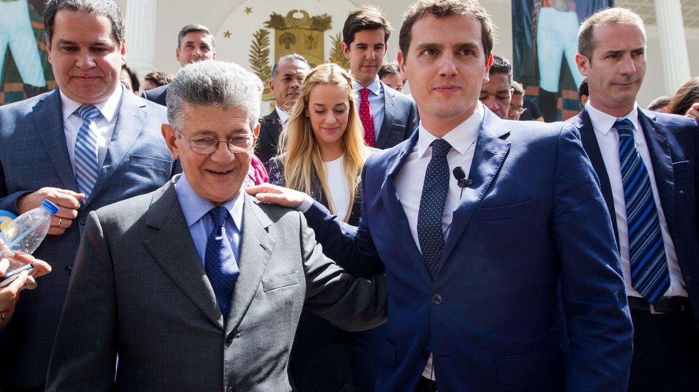 Foto: El líder del partido español Ciudadanos (oposición) Albert Rivera (2-d) posa con el presidente de la Asamblea Nacional de Venezuela Henry Ramos Allup (Efe)