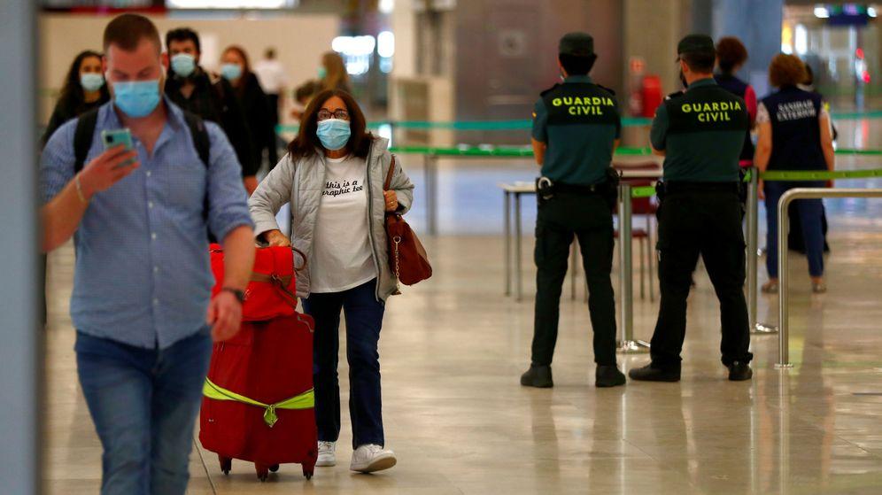Foto: Varios turistas en el Aeropuerto Adolfo Suárez-Madrid Barajas, esta mañana. (Reuters)