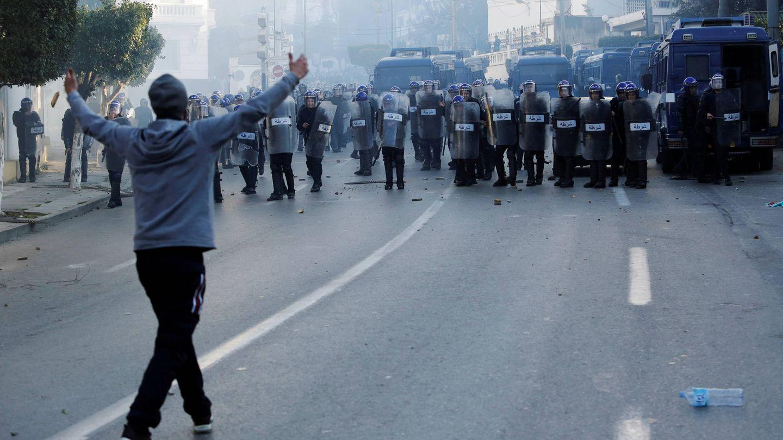 Un manifestante se enfrenta a la policía durante una protesta contra Bouteflika en Argel. (Reuters)