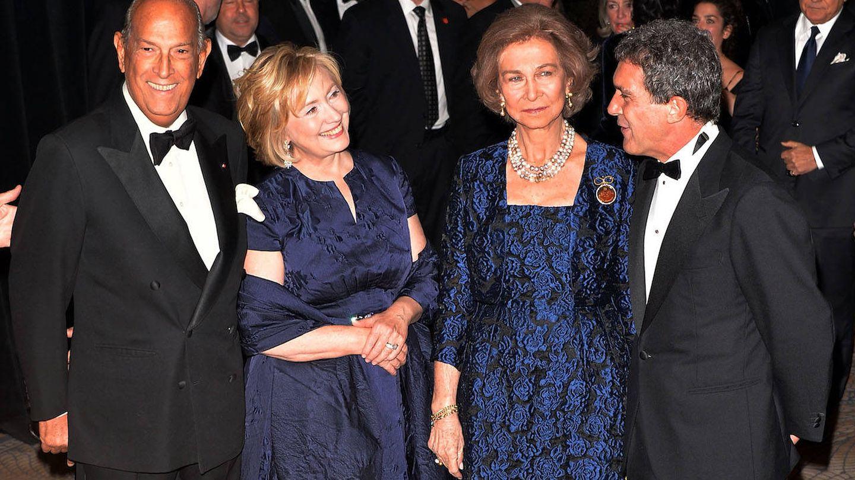 Óscar de la Renta junto a Hillary Clinton, la reina Sofía y Antonio Banderas. (Getty)