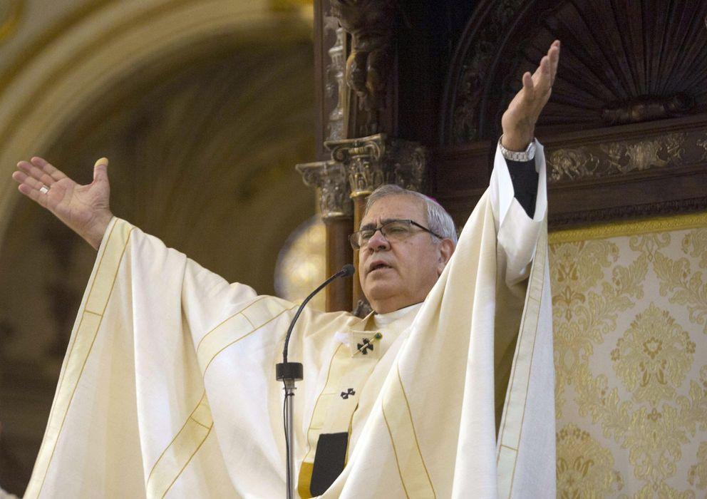 """Foto: El arzobispo de Granada se ha postrado ante el altar mayor del templo para pedir perdón por los """"escándalos"""" (Efe)"""