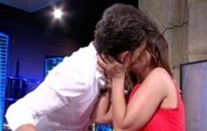 Motos le roba un beso a Chenoa
