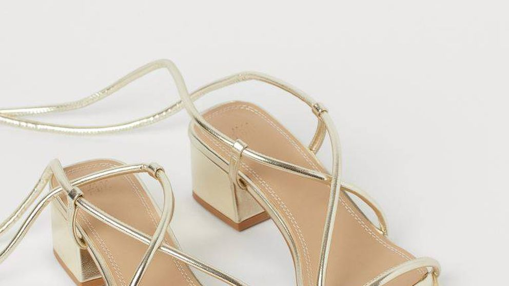 Estas sandalias doradas de tacón sensato de H&M son la nueva obsesión de las invitadas de verano