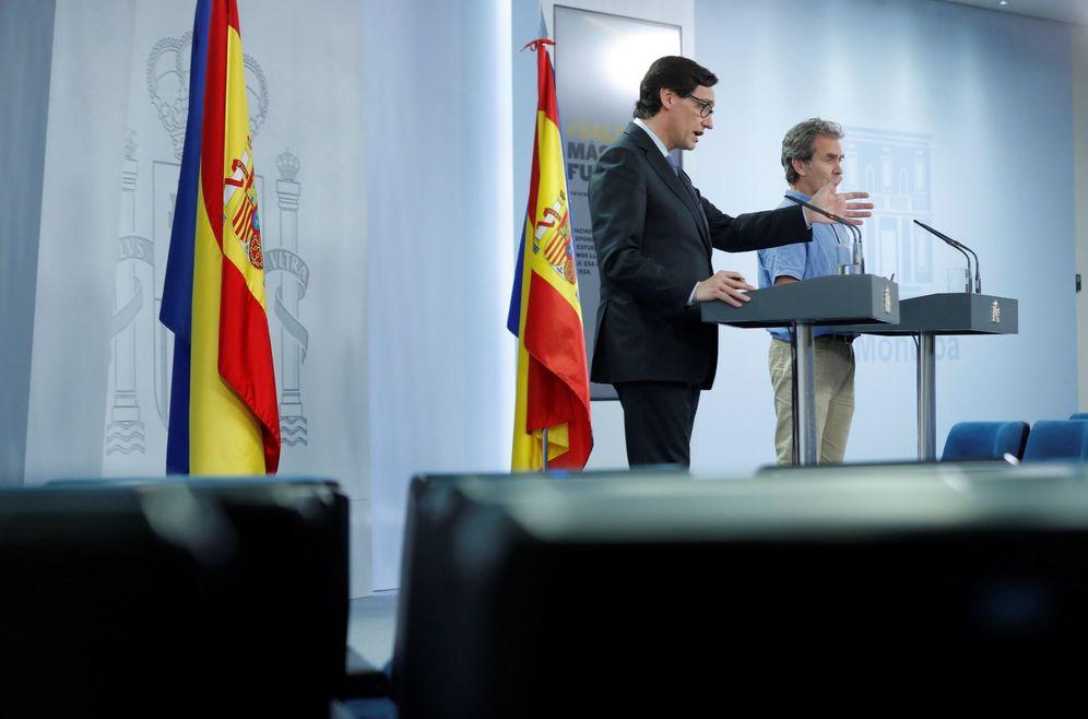 Foto: El ministro de Sanidad, Salvador Illa, y el director del CCAES, el doctor Fernando Simón, este 12 de junio en la Moncloa. (EFE)