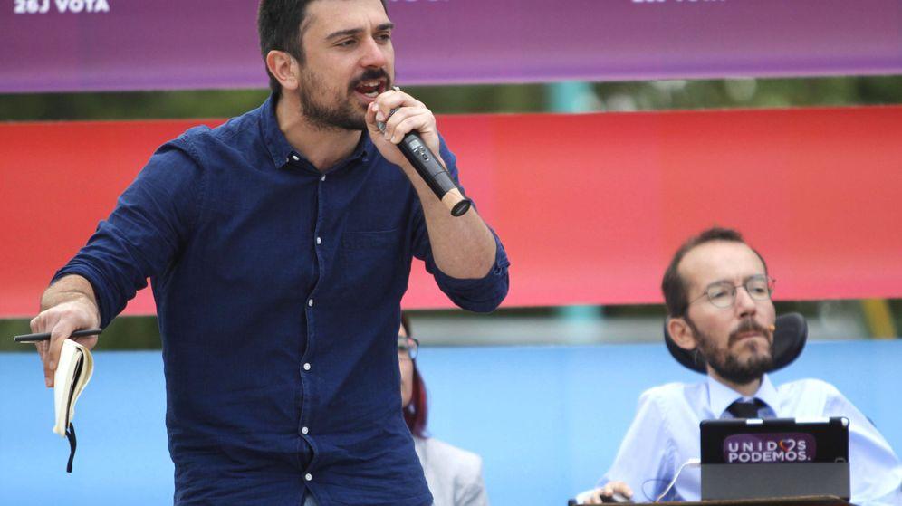Foto: El diputado madrileño y senador, Ramón Espinar, junto al secretario de Organización de Podemos, Pablo Echenique, durante un acto de campaña. (EFE)