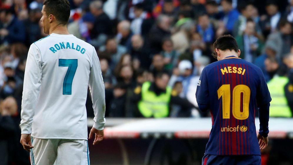 Foto: Ronaldo y Messi, en un clásico de LaLiga. (Reuters)