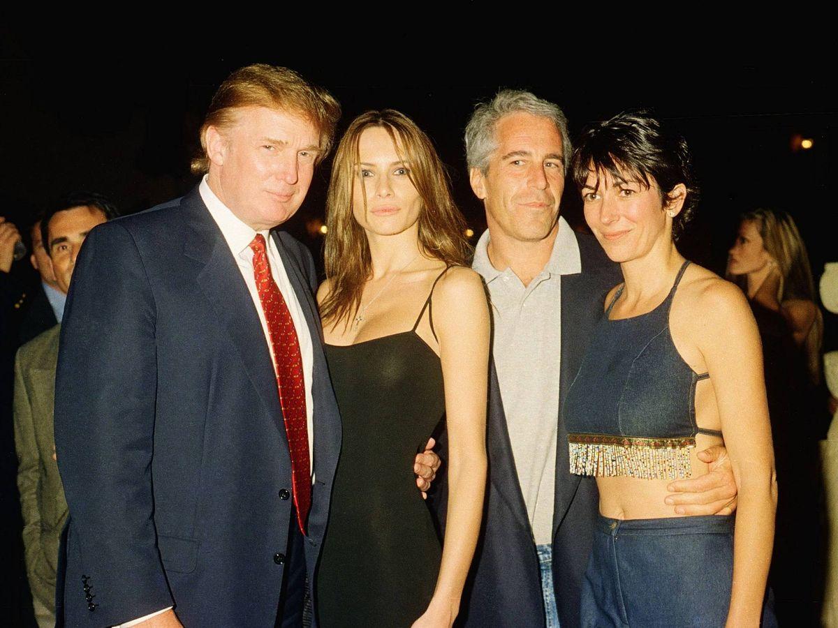 Foto: Donald Trump, Melania Trump, Jeffrey Epstein y Ghislaine Maxwell en una foro de archivo. (Netflix)