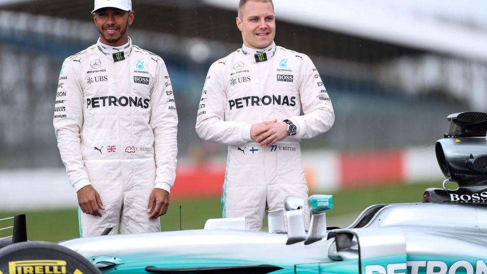 Cómo a  Lewis Hamilton le hicieron un guante a medida con Valtteri Bottas