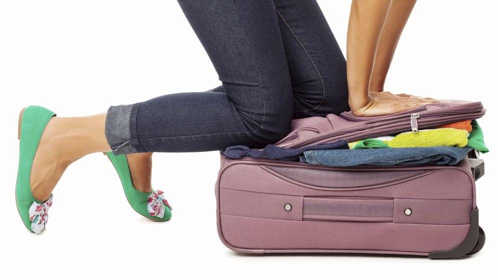 Foto: Si te cuesta cerrar la maleta es que no la has hecho como es debido. (iStock)