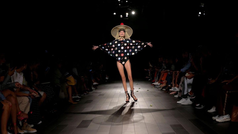 Una modelo desfila con creaciones de la marca Desigual durante la Semana de la Moda de Nueva York. (EFE)
