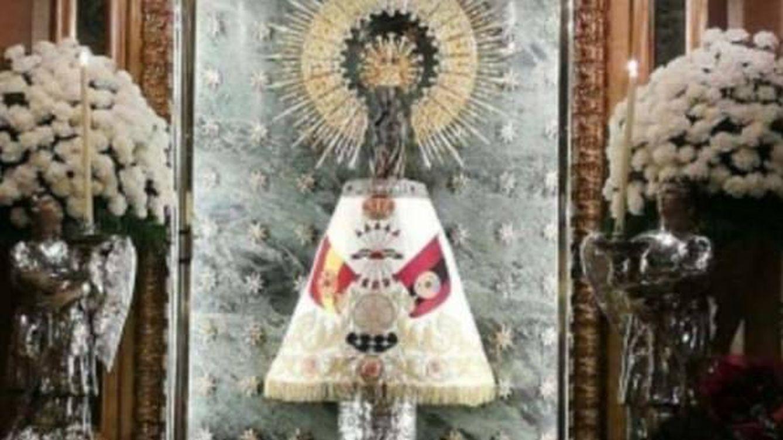 Colocan un manto de la Falange a la Virgen del Pilar de Zaragoza: Es una vergüenza