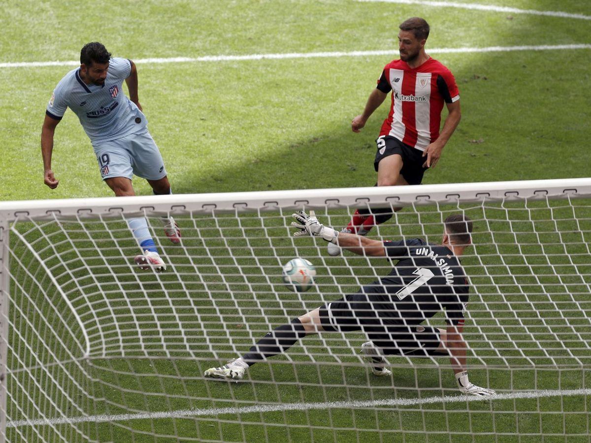 Foto: Diego Costa marca ante Unai Simón. (EFE)
