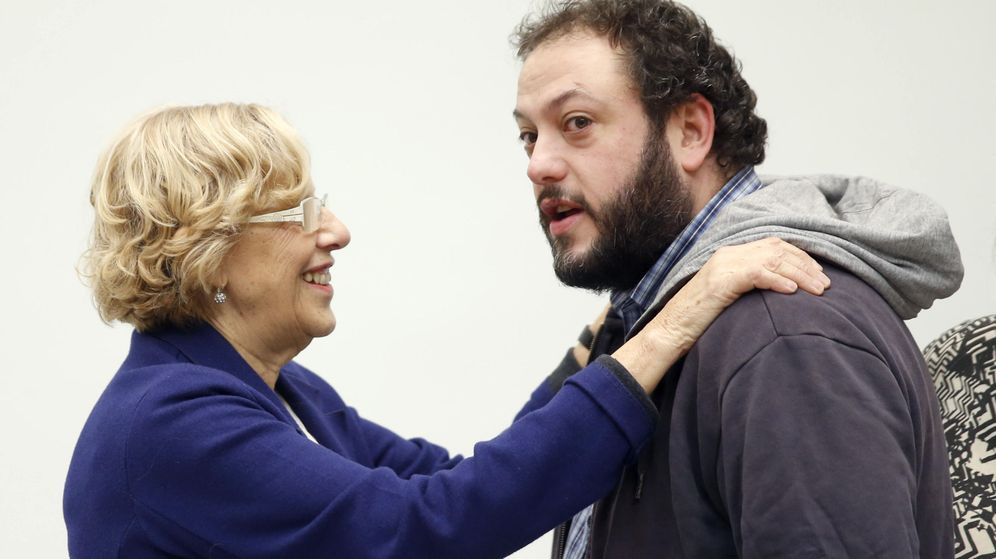 Foto: El concejal de Ahora Madrid Guillermo Zapata, junto a Manuela Carmena. (EFE)