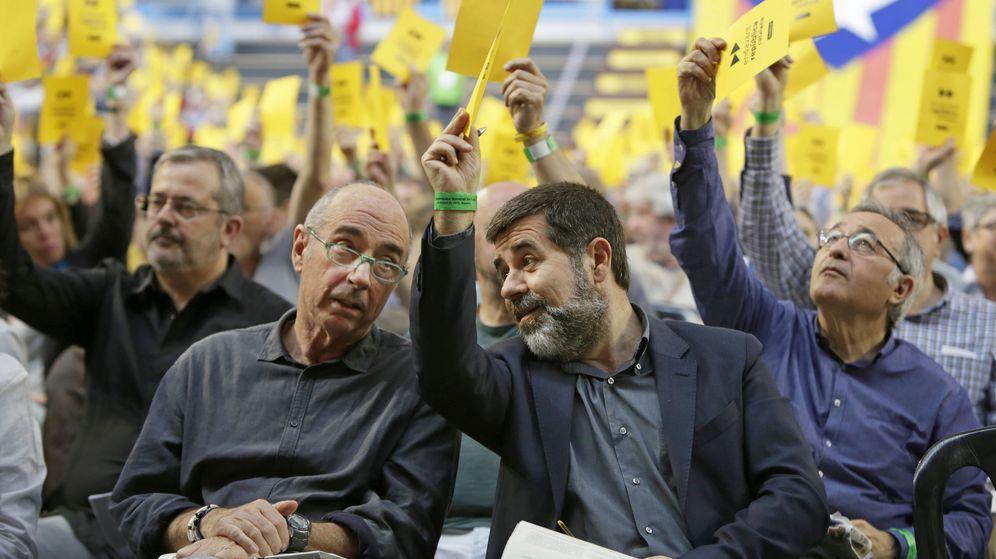 Foto:  El presidente de la Assemblea Nacional Catalana (ANC), Jordi Sánchez (d, primer plano), conversa con el diputado de Junts Pel Sí, el cantante Lluis Llach. (EFE)