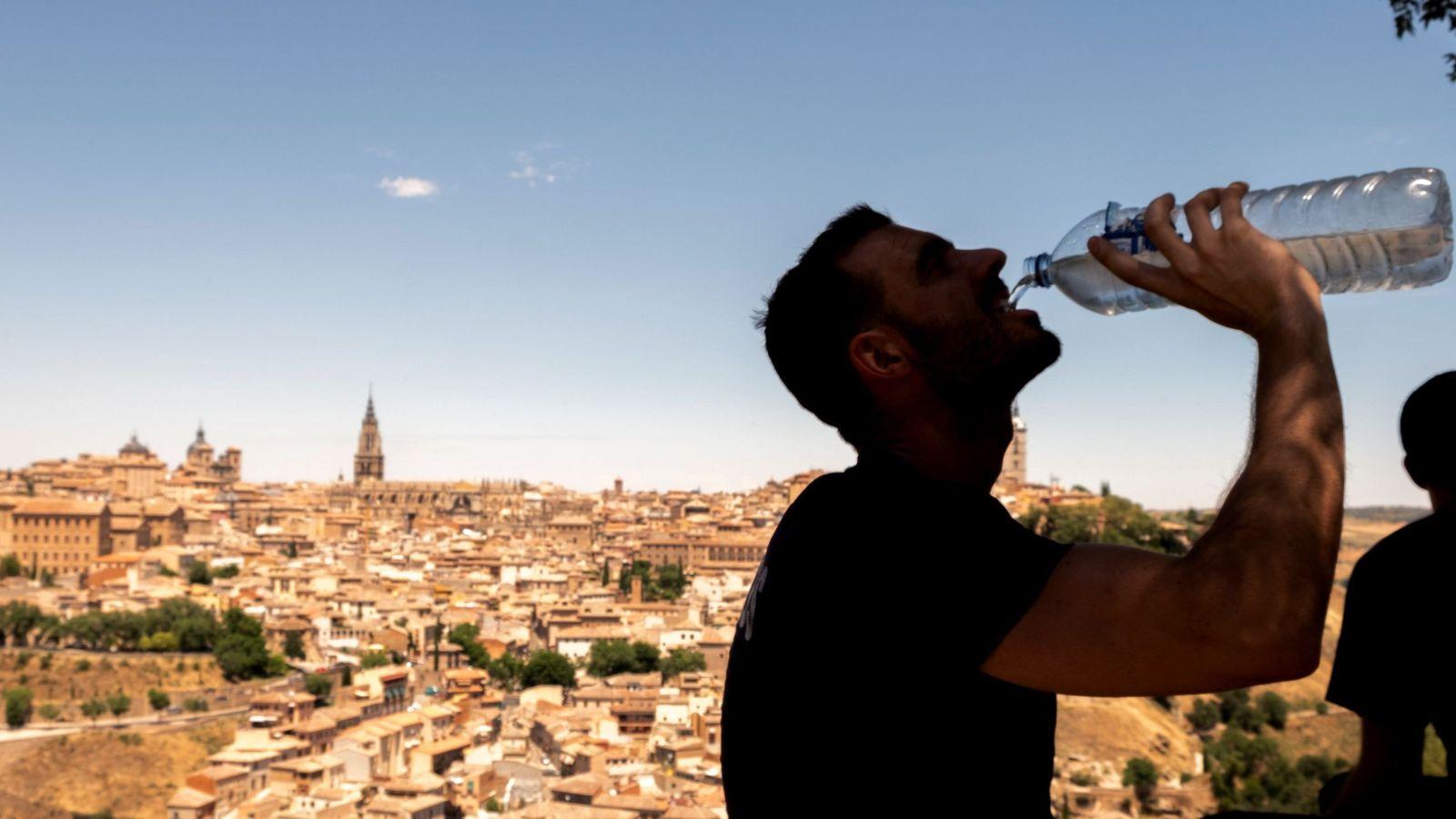 Foto: Un hombre bebe agua bajo las altas temperaturas en Toledo. (EFE)