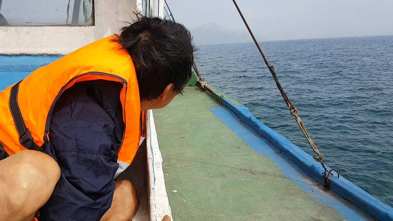 Lang viaja en barco por primera vez. (Álvaro Cerezo)
