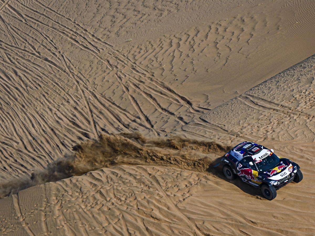 Foto: Carlos Sainz sortea las dunas. (EFE)