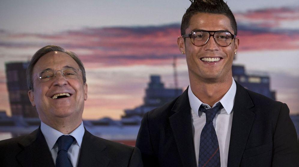 Foto: Florentino Pérez y Cristiano Ronaldo, durante de sus renovaciones de contrato con el Real Madrid. (EFE)