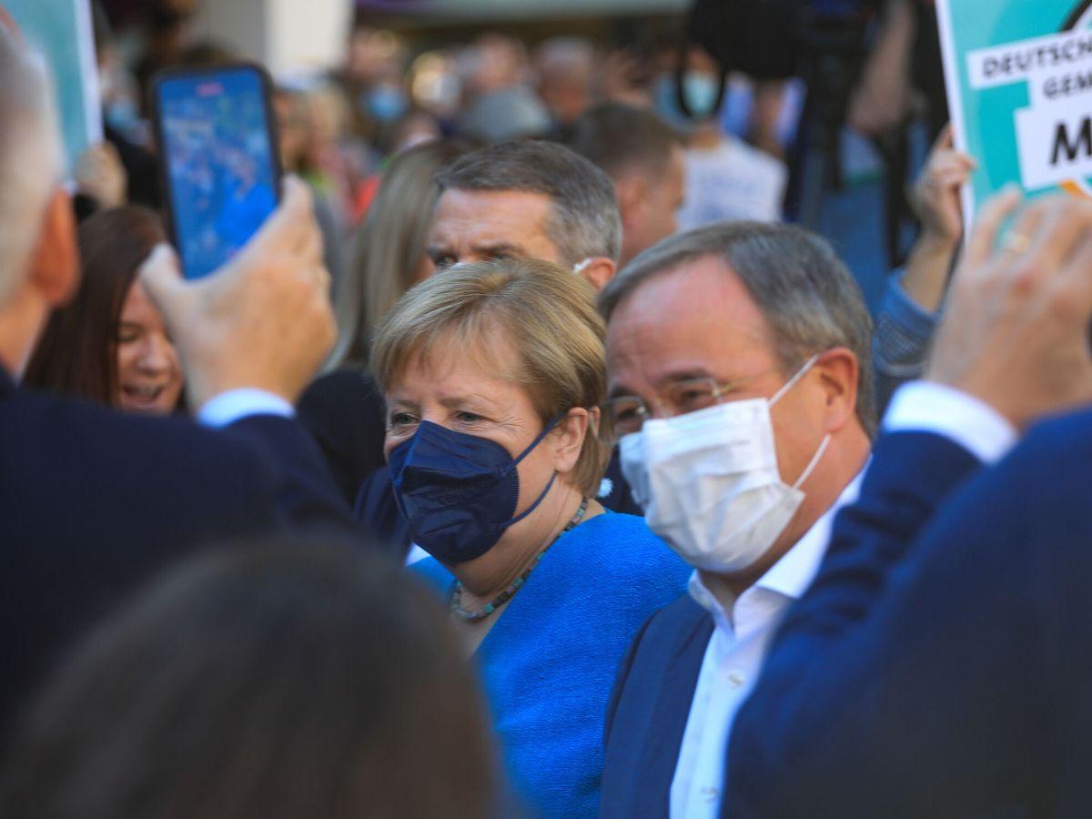 Foto: Merkel junto a su sucesor en CDU, Armin Laschet, cerrando la campaña. (EFE)