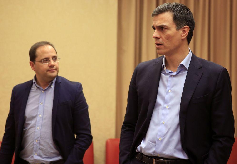 Foto: Pedro Sánchez, con su secretario de Organización, César Luena, en la sesión constitutiva de la Diputación Permanente, este miércoles en el Congreso. (EFE)