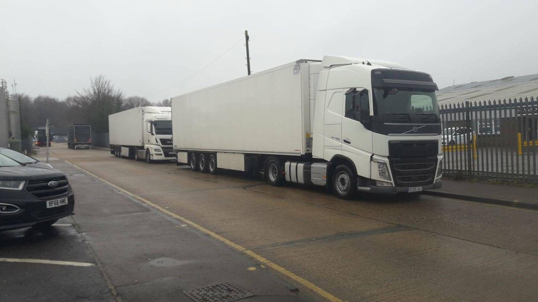 Dos camiones españoles tirados en una calle en Ashley, Inglaterra. (cedida)