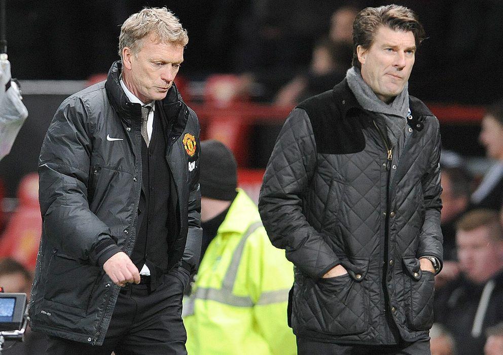 Foto: David Moyes, junto a Michael Laudrup, se retira cariacontecido tras la derrota del United ante el Swansea en la tercera ronda de la FA Cup. (Efe).