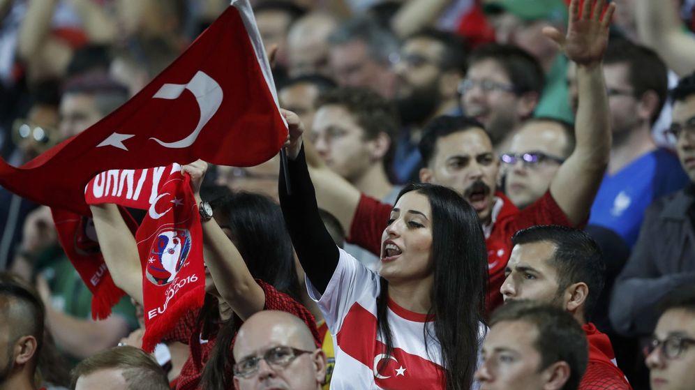 Foto: Aficionados de la selección de Turquía durante la Eurocopa 2016 (Carl Recine/REUTERS)