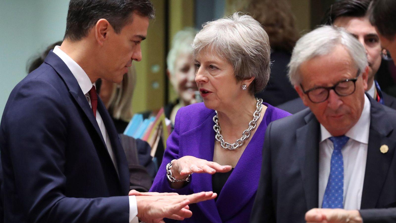 Foto: Sánchez dialoga con May en presencia de Juncker, en la cumbre europea de octubre (EFE)