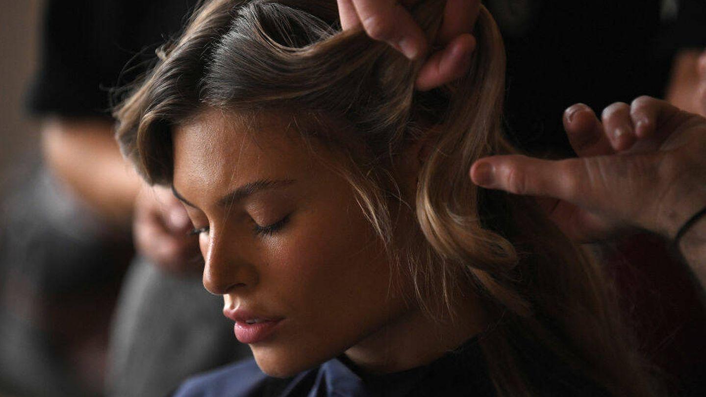 Las mascarillas para matizar el tono reducen el contraste cromático entre raíz y cabello, además de mantener el tono de la coloración. (Getty)