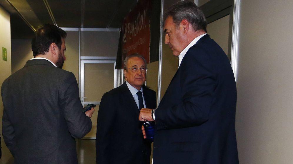 Foto: José Ángel Sánchez (i), directot general del Real Madrid; Florentino Pérez (c), presidente; y Juan Carlos Sánchez, director de baloncesto, en los pasillos del WiZink Center tras la final. (ACB Photo)