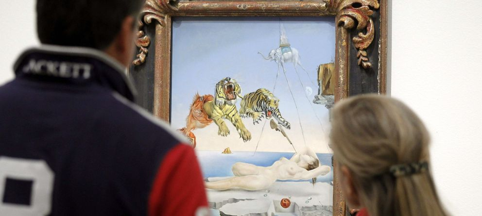 Foto: Dos visitantes en el Museo Thyssen, en la muestra 'El surrealismo y el sueño'. (Efe)