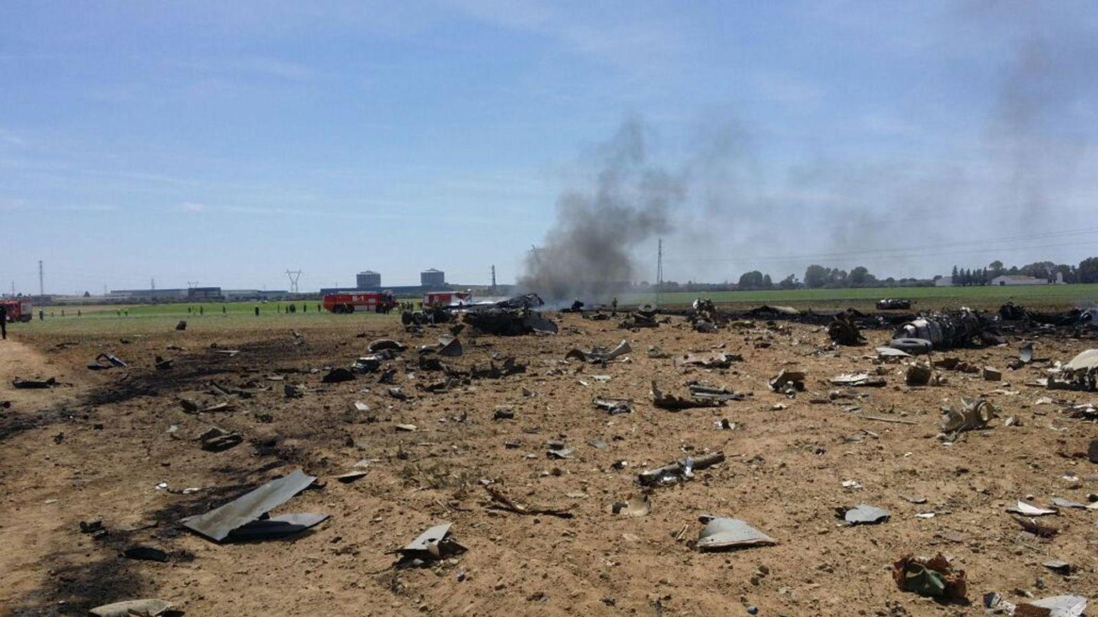 Foto: Imagen del lugar donde cayó el avión siniestrado en Sevilla. (EFE)