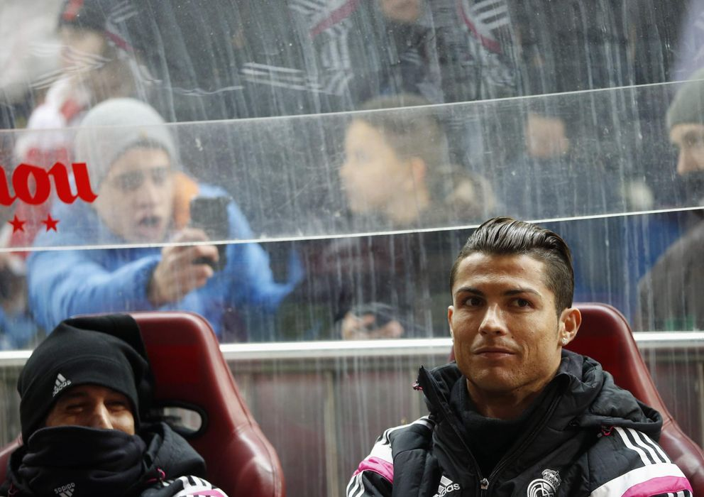 Foto: Cristiano Ronaldo, en el banquillo del Vicente Calderón en la Copa del Rey.