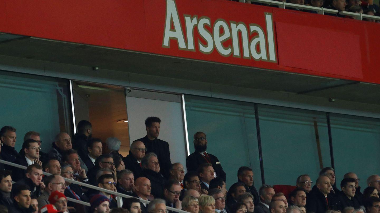 Simeone, de pie, sigue con atención desde la grada el partido contra el Arsenal. (Reuters)