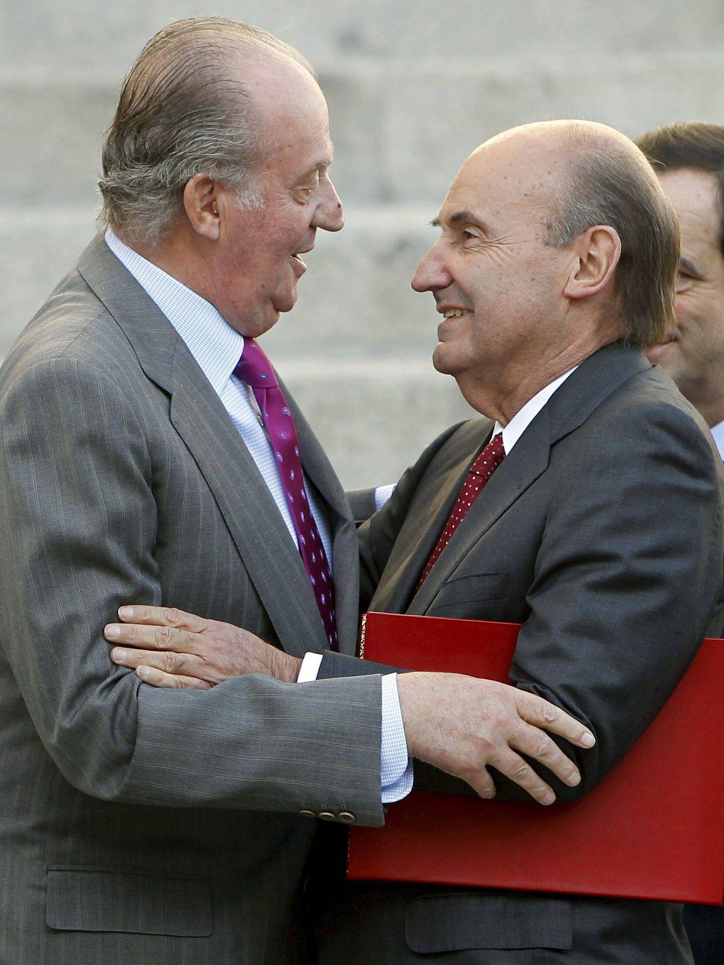 Juan Carlos I y Miquel Roca, en el Congreso. (EFE)