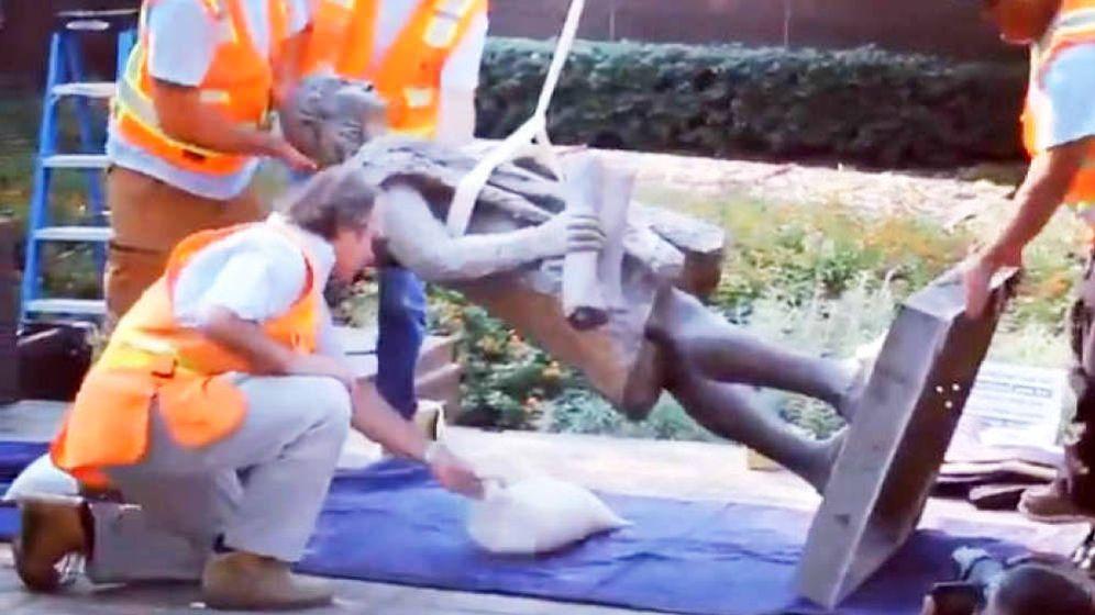 Foto: Así retiraron la estatua a Cristóbal Colón en el Grand Park de Los Ángeles. (Twitter)