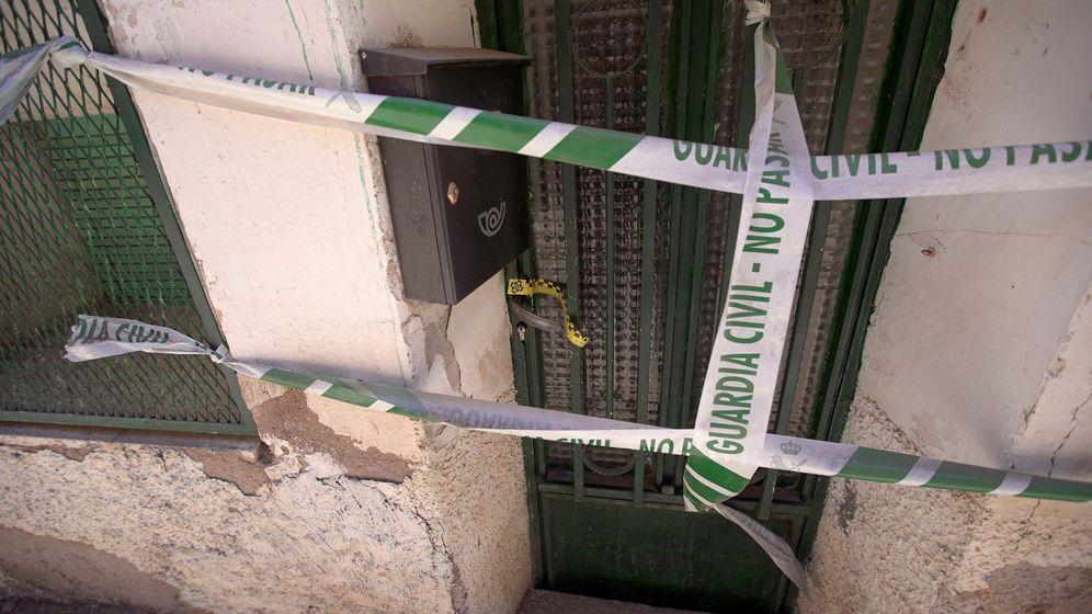Foto: Vista del portal precintado de la casa en Pozondón (Teruel) donde la Guardia Civil ha hallado a una mujer muerta (Efe)