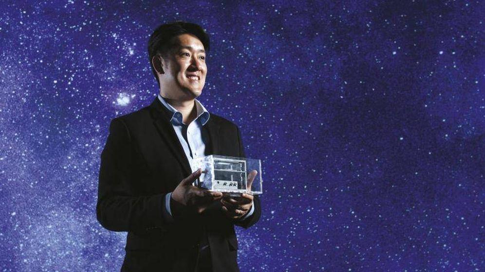 Foto: Joshua Chou, junto a las células cancerosas que llevará al espacio. Foto: UTS