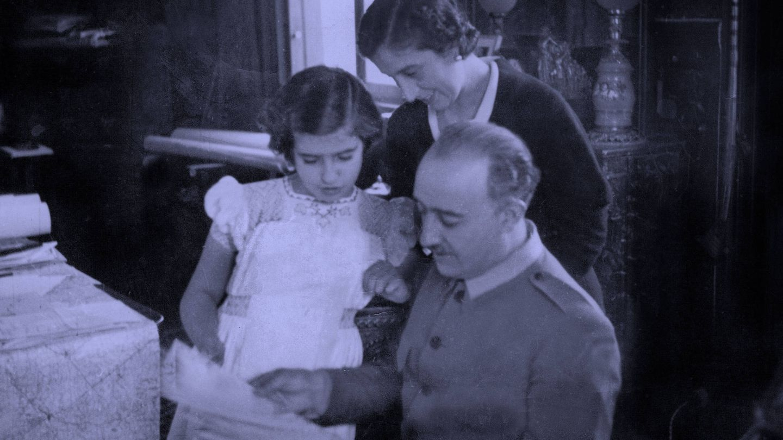 Carmen Franco con sus padres, Francisco Franco y Carmen Polo. (EFE)