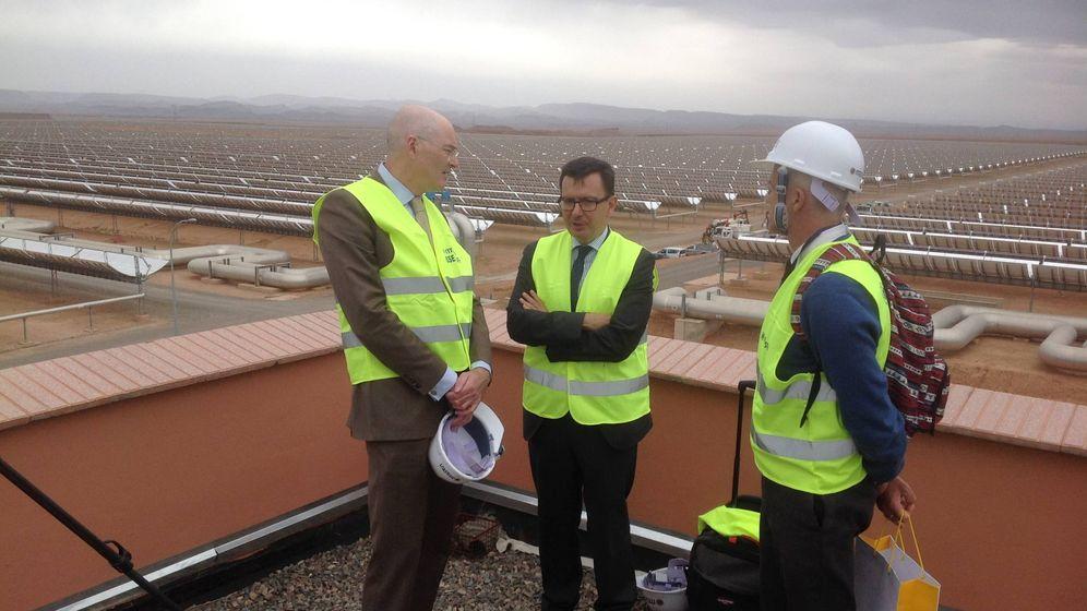 Foto: El embajador de la Unión Europea en Marruecos, Rupert Joy (i), junto al vicepresidente del BEI, Román Escolano (c), y otro representante de Bruselas, en la planta solar de Ouarzazat (Marruecos).