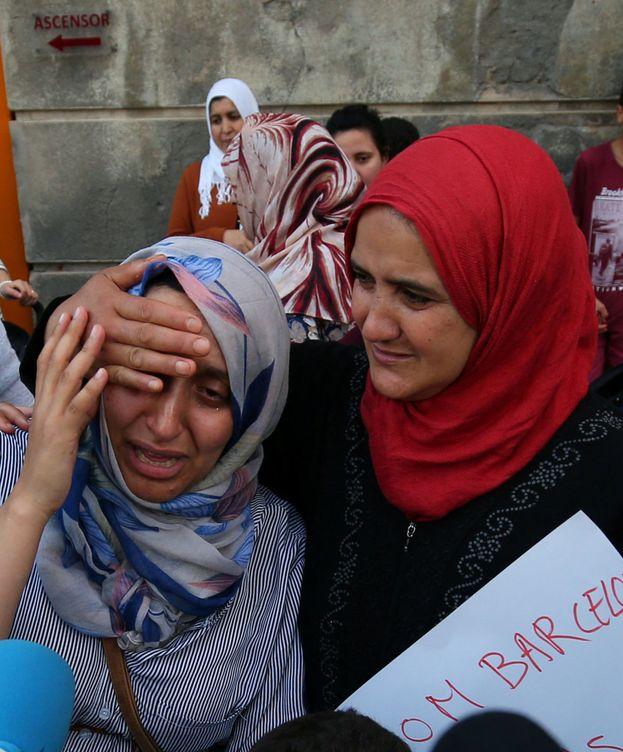 Foto: La madre y la hermana de dos de los terroristas que residían en la localidad de Ripoll. (Reuters)