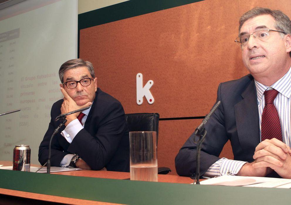 Foto: El presidente y el director general de Kutxabank, Mario Fernández (i), e Ignacio Sánchez-Asiaín. (EFE)